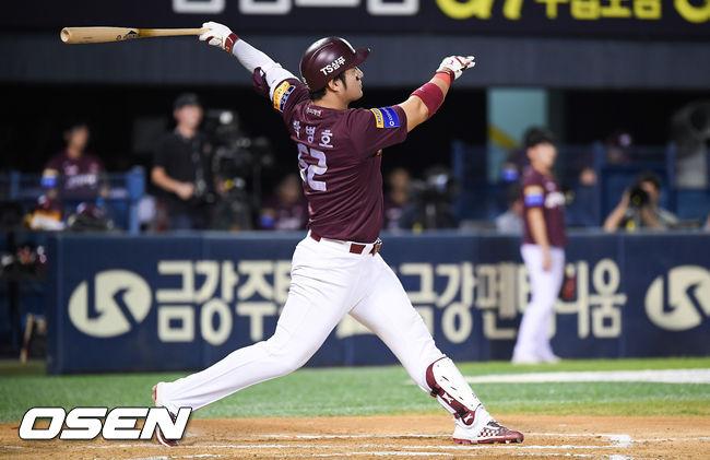[사진]박병호,맞는 순간 홈런 직감하는 큼직한 솔로포