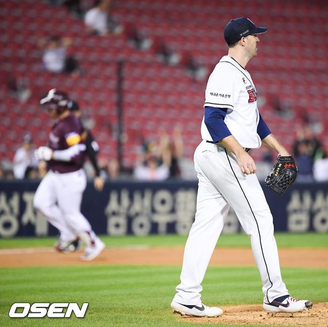 [사진]박병호 솔로포 허용한 린드블럼,아쉽네