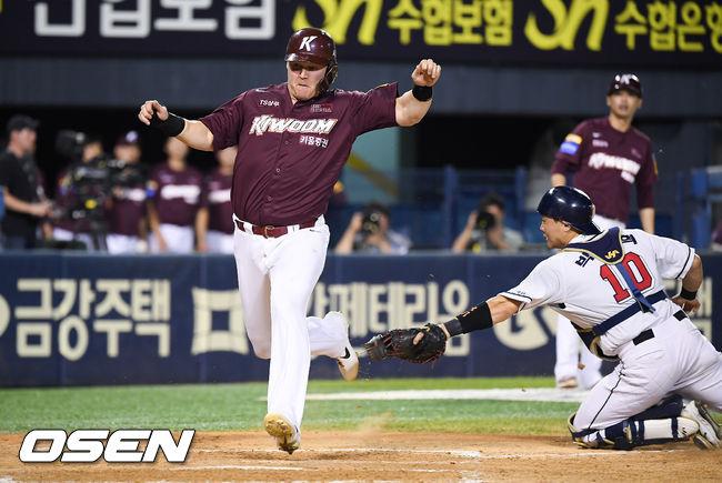 [사진]역전타 주인공 샌즈,박세혁 태그 피하며 득점성공