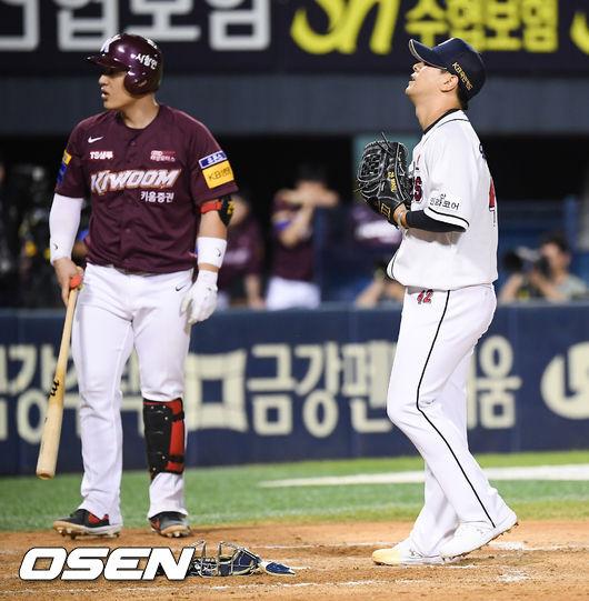 [사진]윤명준,폭투 실점에 허탈한 표정