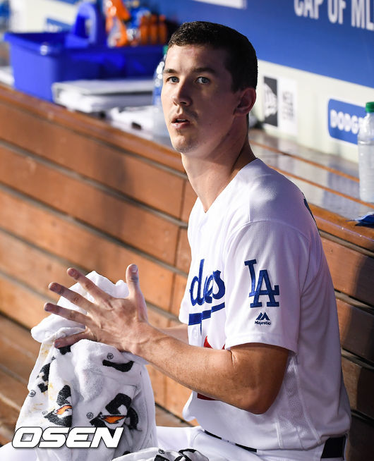 [OSEN=LA(미국 캘리포니아주),박준형 기자]7회초 강판된 다저스 선발투수 뷸러가 벤치에서 경기를 지켜보고 있다. / soul1014@osen.co.kr