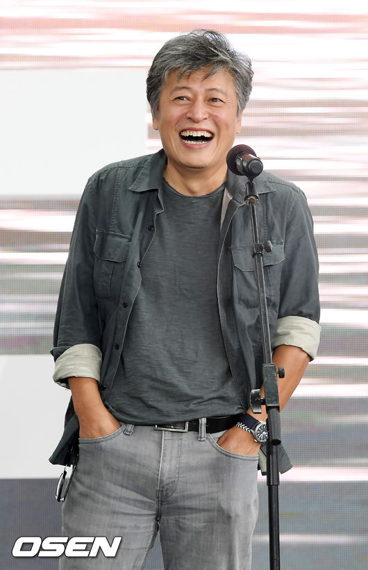 [OSEN=부산, 민경훈 기자] 5일 오전 부산 해운대구 영화의 전당에서 '제24회 부산국제영화제' 영화 '강변호텔' 야외 무대인사 행사가 열렸다.   무대 위에서 권해효가 행사에 참여하고 있다.  /rumi@osen.co.kr