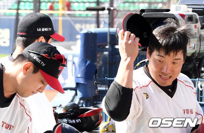 [OSEN=지형준 기자]경기에 앞서 LG 김민성, 김현수가 훈련을 준비하고 있다. /jpnews@osen.co.kr