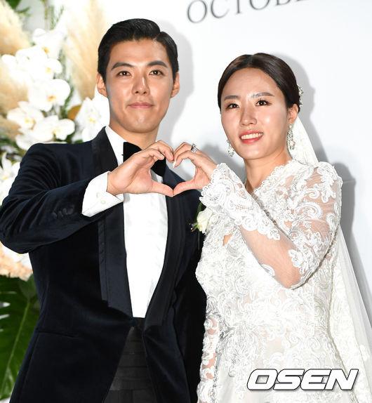[OSEN=최규한 기자]강남-이상화 커플이 결혼식을 마친 뒤 포토타임을 하고 있다. /dreamer@osen.co.kr