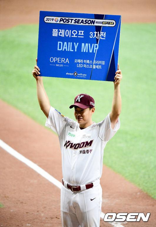 [사진]플레이오프 3차전 MVP 송성문