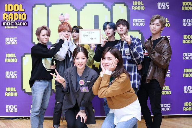 [사진=MBC 제공] '아이돌 라디오'에 출연한 원어스와 스페셜 DJ 박초롱, 오하영.
