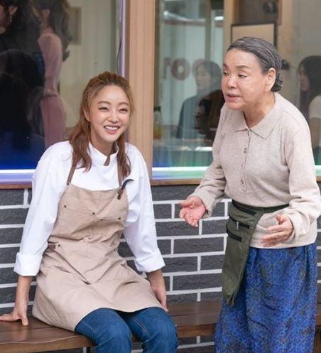[사진=SBS플러스 제공] '밥은 먹고 다니냐?'에 함께 출연 중인 서효림(왼쪽)과 김수미(오른쪽) 스틸 컷.