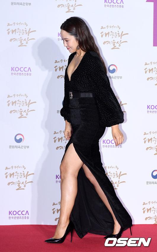[사진]박지윤 아나,'조심스런 옆트임 드레스'