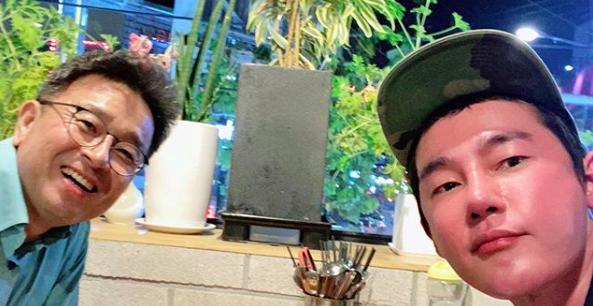 [사진=허지웅 SNS] 허지웅(오른쪽)이 '썰전' 원년멤버 이철희(왼쪽)와 오랜만에 만난 근황을 밝히며 팬들의 반가움을 자극했다.