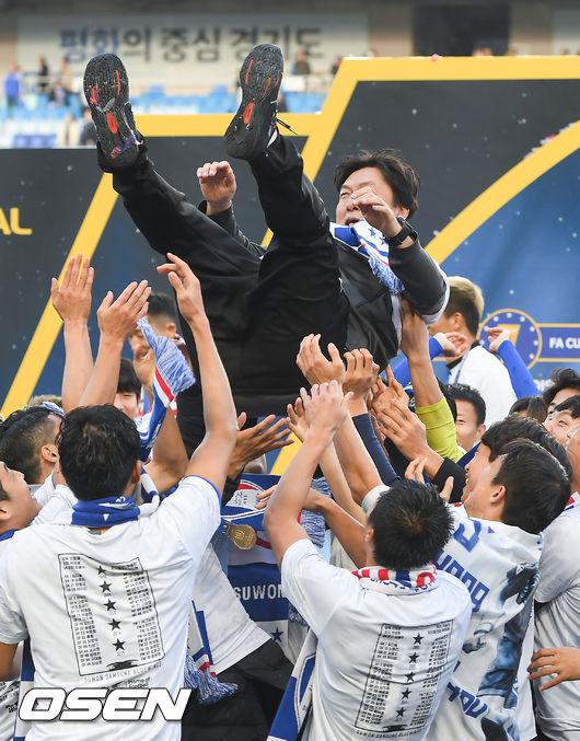 [사진]FA컵 우승 헹가래 받는 이임생 감독,하늘을 날다