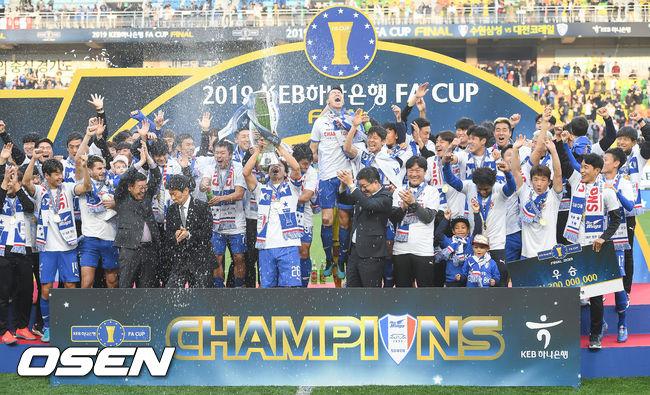 [사진]FA컵 최다우승 수원 삼성,시원한 우승 샴페인 파티