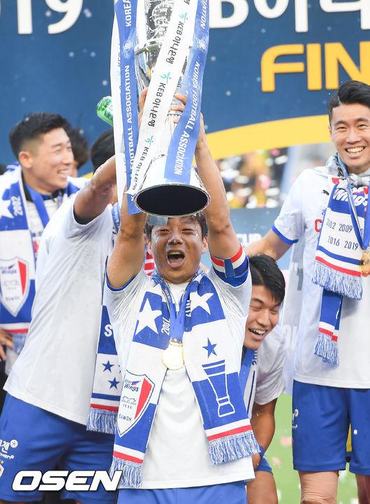 [사진]득점왕 염기훈,FA컵 우승 트르피를 번쩍