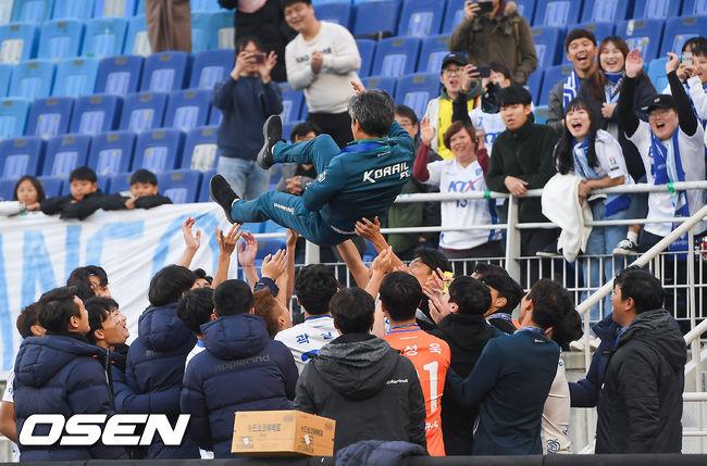 [사진]대전 코레일 김승희 감독,우승 못지 않은 아름다운 헹가래
