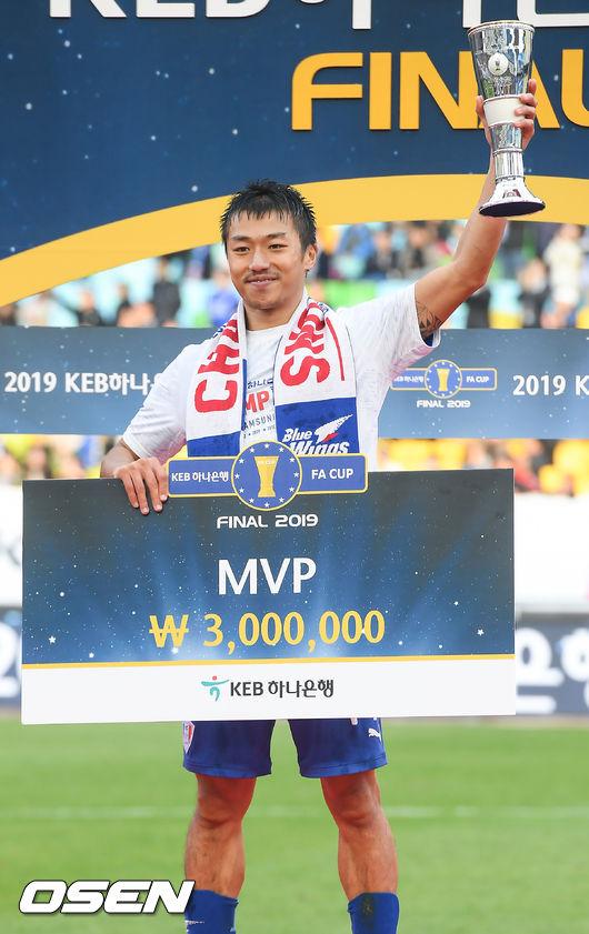[사진]고승범,FA컵 MVP 트로피를 번쩍