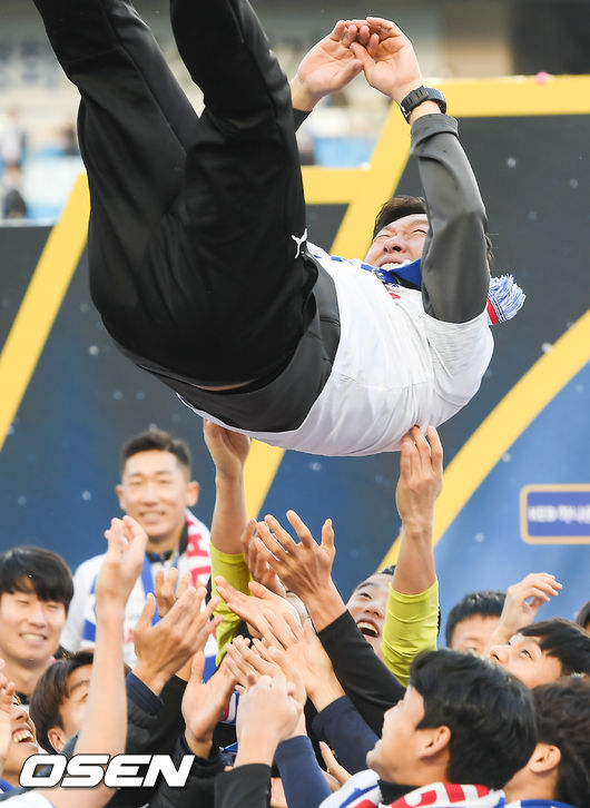 [사진]이임생 감독,행복한 우승 헹가래
