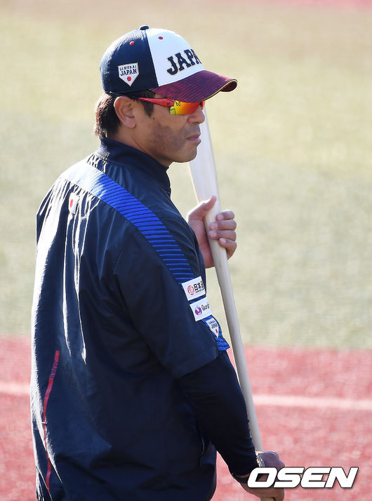 [OSEN=지바(일본), 곽영래 기자] 10일 오후 일본 지바현 ZOZO마린 스타디움에서 '2019 세계야구소프트볼연맹(WBSC) 프리미어12' 슈퍼라운드에 진출한 6개국 대표 선수들이 훈련을 진행했다.일본 이나바 감독이 훈련을 지켜보고 있다. /youngrae@osen.co.kr