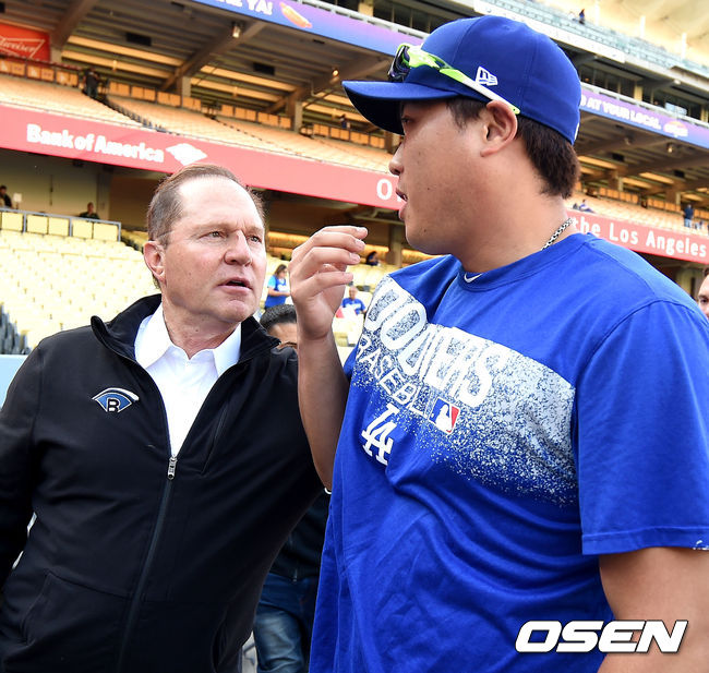 [OSEN=로스앤젤레스(미국 캘리포니아주), 최규한 기자]훈련을 마친 다저스 투수 류현진(오른쪽)과 에이전트인 스캇 보라스가 대화를 나누고 있다. /dreamer@osen.co.kr