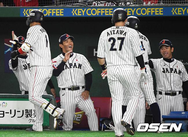 [사진]야마다의 스리런 홈런으로 역전 성공하고 기뻐하는 일본