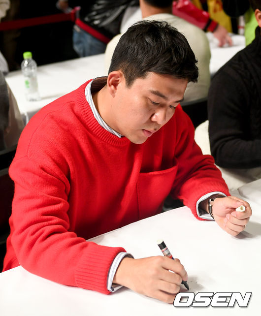 [사진]김민성,부지런히 연습하는 사인