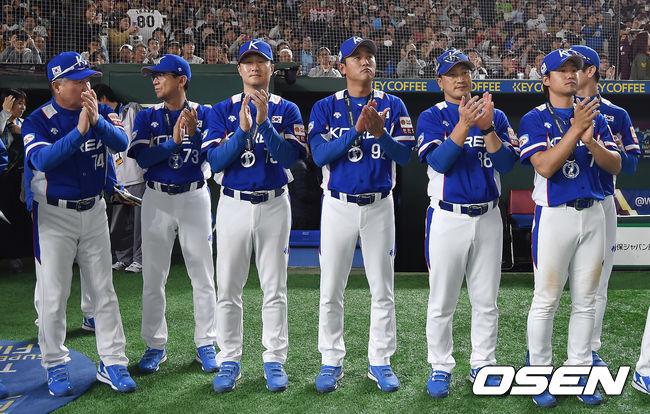 [사진]우승한 일본 대표팀을 향해 박수 보내는 야구 대표팀