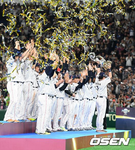 [사진]프리미어12 우승 트로피 들어올리는 일본