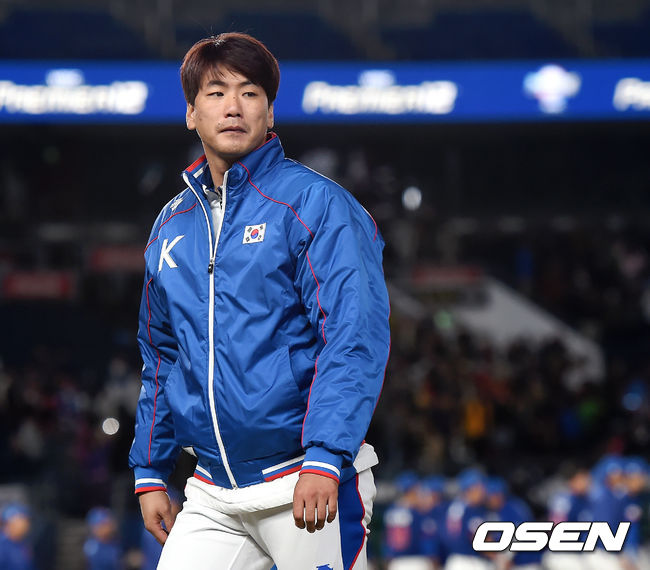 [OSEN=지바(일본), 곽영래 기자] 한국은 12일 일본 지바 ZOZO마린 스타디움에서 열린 '2019 WBSC 프리미어 12' 슈퍼라운드 2차전 대만과의 경기에서 0-7로 충격의 패배를 당했다. 이날 선발로 나선 김광현이 그라운드를 나서고 있다. /youngrae@osen.co.kr