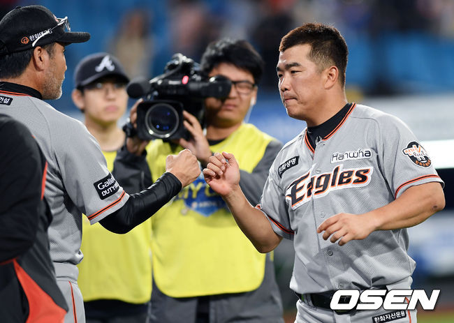 한용덕 감독(왼쪽)과 정근우 /OSEN DB