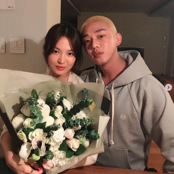 [사진=유아인 SNS] 배우 유아인(오른쪽)이 송혜교(왼쪽)의 생일을 맞아 함께 한 근황 사진을 공개했다.