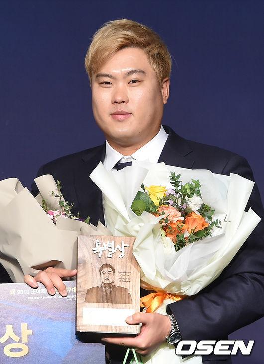 [OSEN=박준형 기자]특별상을 수상한 류현진이 포즈를 취하고 있다.  /soul1014@osen.co.kr