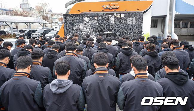 [OSEN=대전,박준형 기자]봉사활동에 앞서 한화 선수들이 한화 투수 고 김성훈을 추모하며 묵념하고 있다. /soul1014@osen.co.kr