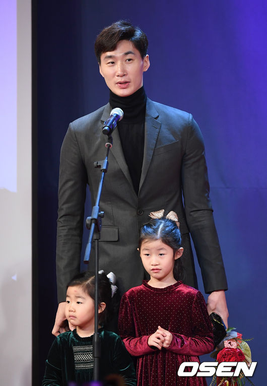 [OSEN=이대선 기자]남자프로배구 올해의선수상을 수상한 삼성생명 박철우가 수상소감을 밝히고 있다. /sunday@osen.co.kr