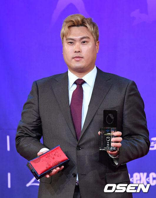 [OSEN=이대선 기자]특별상을 수상한 류현진이 기념촬영을 하고 있다. /sunday@osen.co.kr