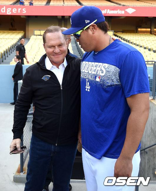 [OSEN=로스앤젤레스(미국 캘리포니아주), 최규한 기자] 훈련을 마친 다저스 투수 류현진(오른쪽)과 에이전트인 스캇 보라스가 대화를 나누고 있다. /dreamer@osen.co.kr