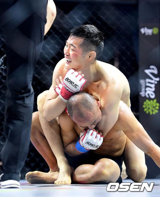 [사진]김태성, 리어 네이키드 초크로 승리