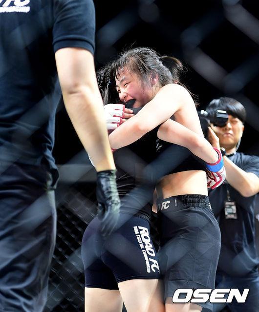 [사진]신유진, 김혜인과 포옹