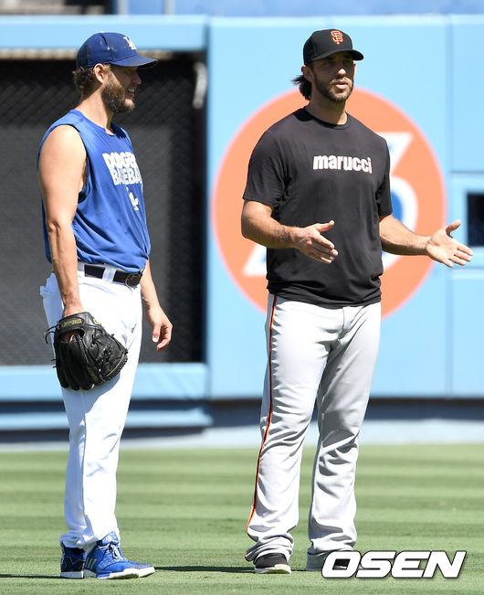 [OSEN=LA(미국 캘리포니아주), 최규한 기자]경기 전 훈련에서 다저스 클레이튼 커쇼와 샌프란시스코 메디슨 범가너가 대화를 나누고 있다. /dreamer@osen.co.kr