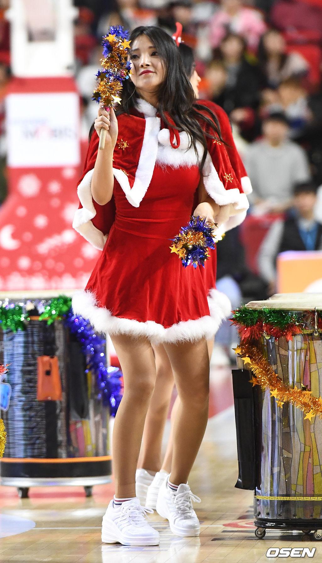 [사진]치어리더 강윤이, '귀여운 산타로 변신'