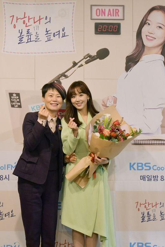 [사진=KBS 제공] KBS 라디오 센터장(왼쪽)이 강한나의 '볼륨을 높여요' 진행을 축하했다.