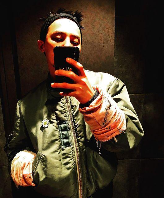 지드래곤, 수염+스팽클 재킷+헤어밴드+꽃 브로치 '독보적 패션'[★SHOT!]