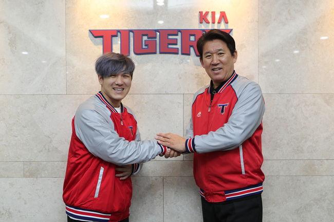 [사진] 김선빈-조계현 단장 /KIA 타이거즈 제공