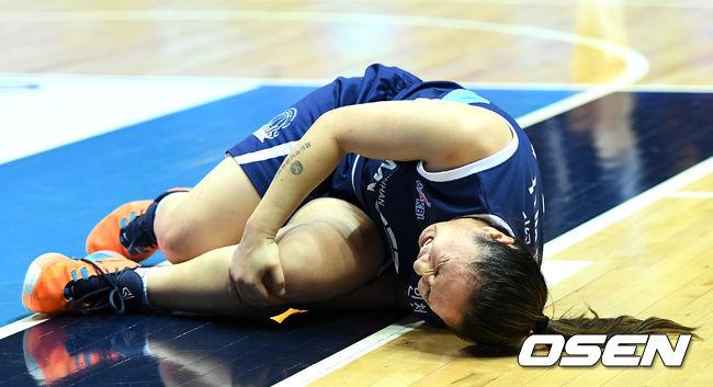 [OSEN=인천, 최규한 기자]2쿼터, 신한은행 김애나가 부상에 괴로워하고 있다. /dreamer@osen.co.kr