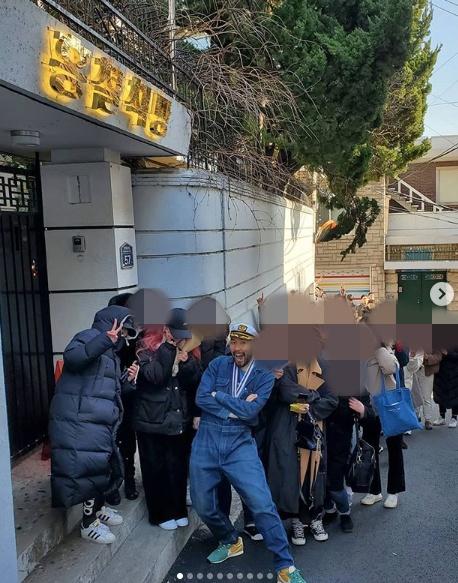 [사진=노홍철 SNS] 노홍철이 공개한 빵집 오픈 대기줄.