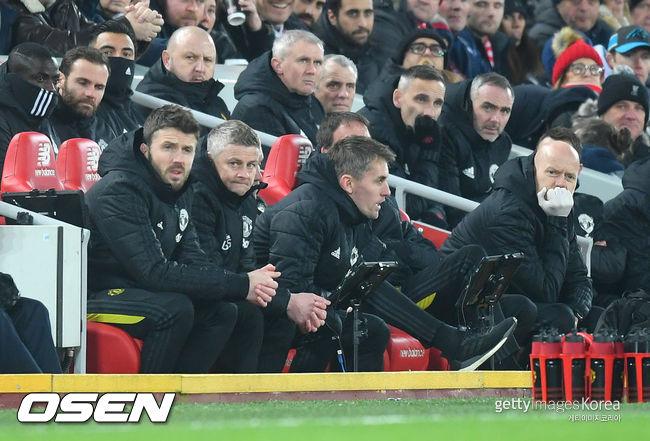 맨유 코치 캐릭, 데 헤아 파울 장면 놓고 리버풀 팬들과 말다툼
