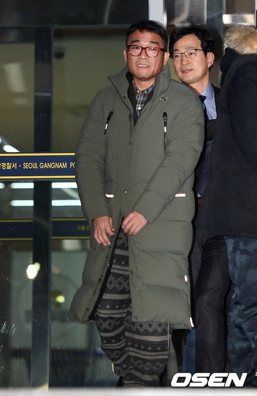 """[단독] """"배트맨티 공개"""" 김건모, 성폭행 이어 성희롱 의혹..가수 A씨 추가 폭로(종합)"""