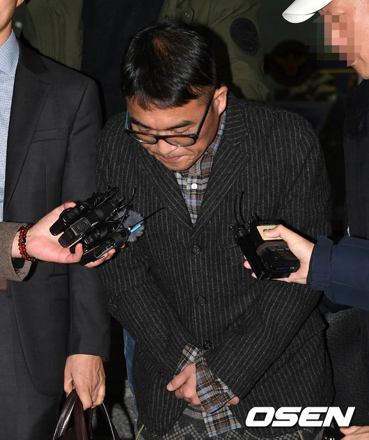 [OSEN=이대선 기자]가수 김건모가 취재진을 향해 인사를 하고 있다./sunday@osen.co.kr