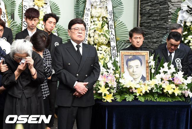 [사진=사진공동취재단] 한국 1세대 희극인 남보원이 세상을 떠났다. 사진은 생전 절친했던 남성남의 장례식장에서 1세대 희극인으로서 의리를 빛냈던 남보원.