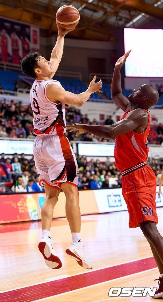 [사진]김영환,휘리릭 한바퀴 돌아 점프슛