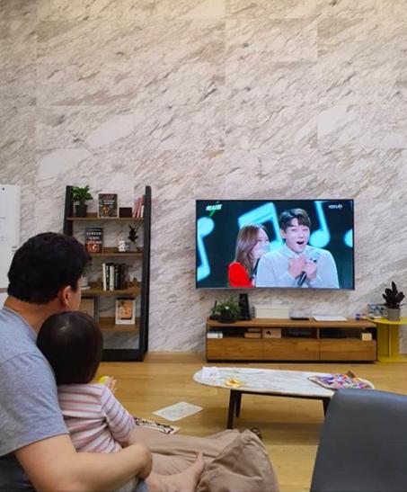 [사진=소유진 SNS] 배우 소유진이 직접 공개한 백종원의 '엑시트' 시청 현장.