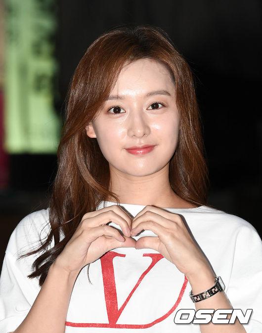 [OSEN=이대선 기자]배우 김지원이 음식점으로 이동하고 있다. /sunday@osen.co.kr