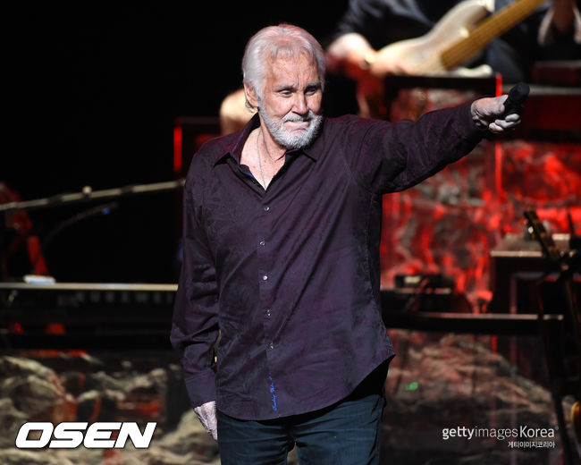 Singer Kenny Rogers performs onstage during the Final World Tour: The Gamblers Last Deal at the Civic Arts Plaza on June 30, 2016 in Thousand Oaks, California.